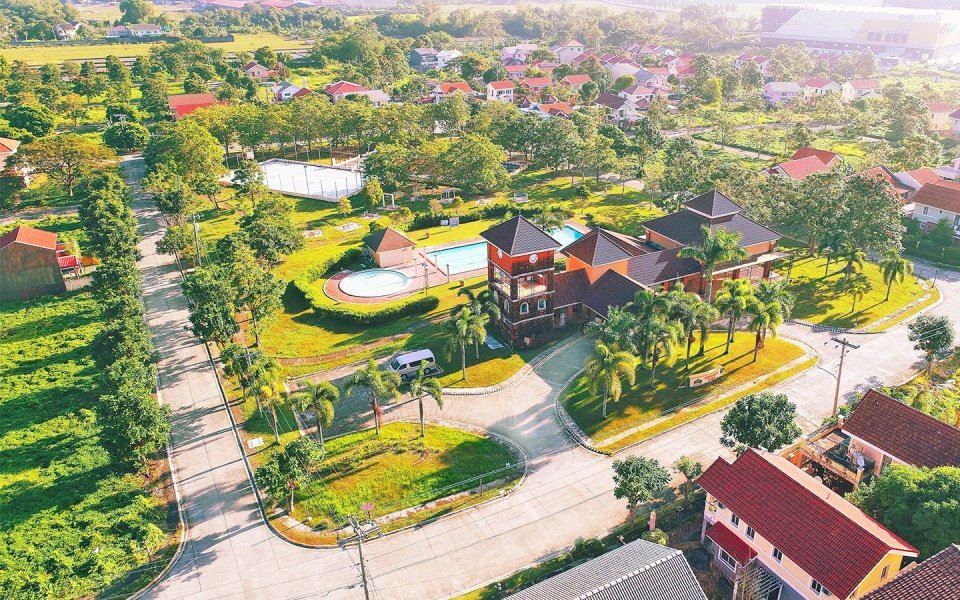 Camella Savannah clubhouse and swimming pool surrounded by greeneries